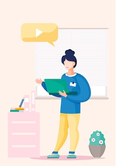 Meisje staat in kantoor interieur met een laptop in haar handen