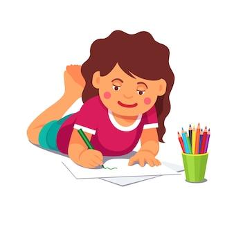 Meisje tekening met potloden op de vloer liggen