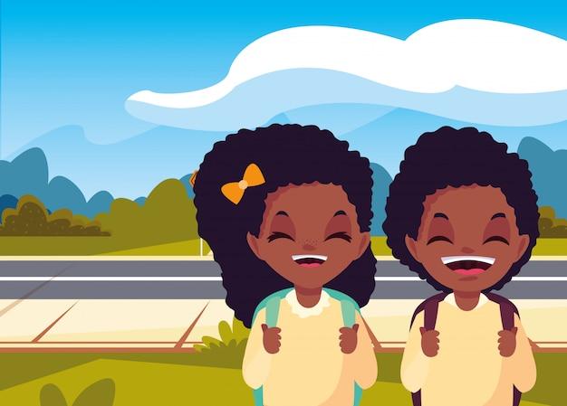 Meisjes- en jongensstudenten in de straat terug naar school