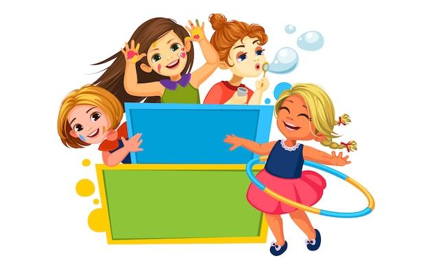 Meisjes spelen rond het leeg bord
