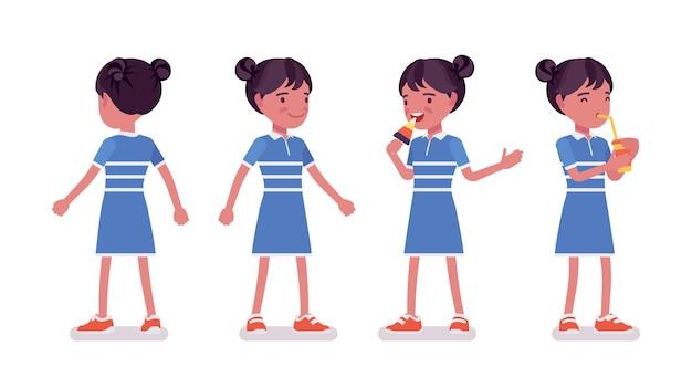 Meisjeskind 7, 9 jaar oud, actieve zwarte vrouwelijke schoolgaande jongen die staat, frisdrank drinkt, geniet van het eten van ijs