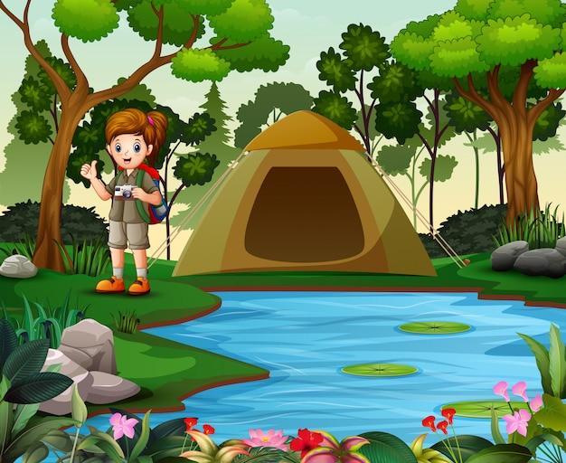 Meisjesontdekkingsreiziger met verkenner het eenvormige kamperen in aard