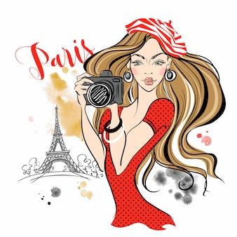 Meisjestoerist met een camera die beelden van aantrekkelijkheden in parijs neemt.