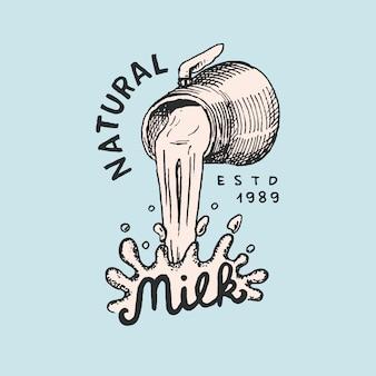Melk stroomt uit een kan. vintage logo of label voor winkel. badge voor t-shirts. hand getrokken graveren schets.