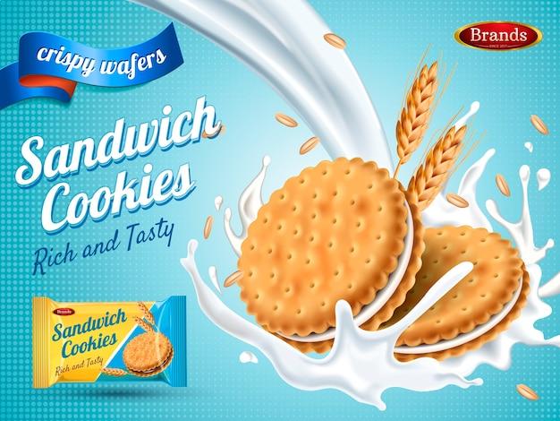 Melksmaak sandwich cookies geïsoleerd lichtblauwe achtergrond
