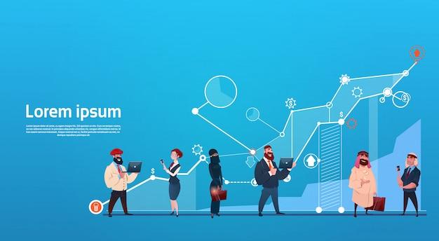 Meng race bedrijfsmensengroep gebruikend gadgets financiën grafiek financieel succesconcept