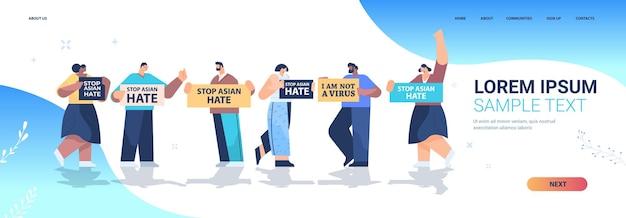 Meng rasmensen met posters die protesteren tegen racisme. stop aziatische haat. ondersteuning tijdens covid-19 coronavirus pandemie bestemmingspagina Premium Vector