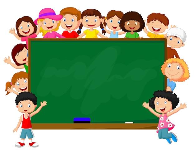Menigte van kinderen met schoolbord