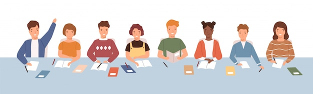 Menigte van lachende diverse kinderen zittend aan een gemeenschappelijk bureau op les