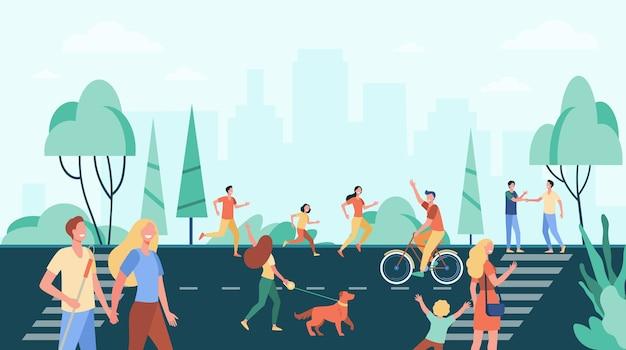 Menigte van mensen die activiteiten beoefenen en genieten van vrije tijd op straat in de buurt van het stadspark.