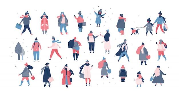 Menigte van mensen in warme winterkleren lopen op straat, gaan werken, praten over de telefoon. vrouwen mannen kinderen in bovenkleding die buitenactiviteiten uitvoeren. vectorillustratie in vlakke stijl