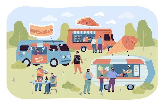 Menigte van mensen op straatvoedselbeurs in de zomer