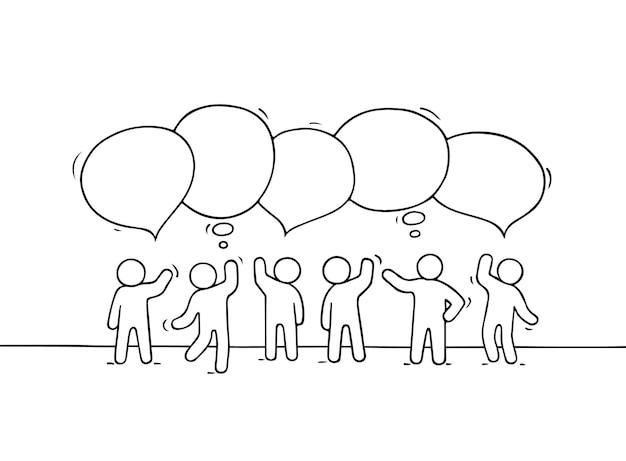 Menigte van werkende kleine mensen met de illustratie van toespraakbellen