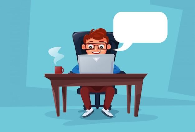 Mens die aan laptop computerzitting bij bureau werkt