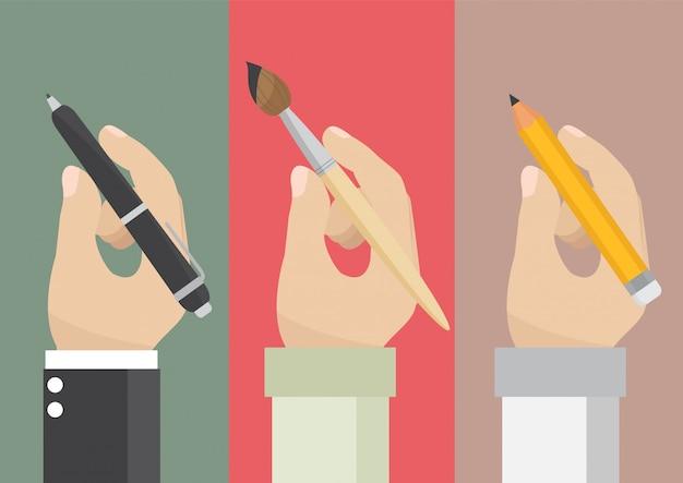 Mens die een potlood en een penseel houdt