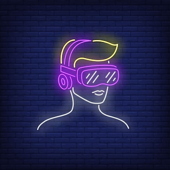 Mens die het neonteken van de virtuele werkelijkheidshoofdtelefoon draagt.