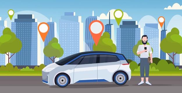 Mens die online het ordenen van het autoconcept van de taxiauto het concept mobiele van de de plaatsplaats van de vervoercarsharing dienst geografische markering moderne de stadscityscape achtergrond gebruiken