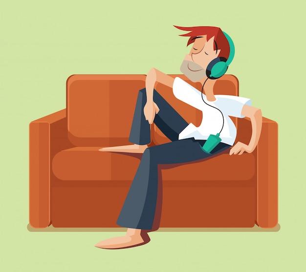 Mens die op banklaag rusten binnen en het luisteren muziek.