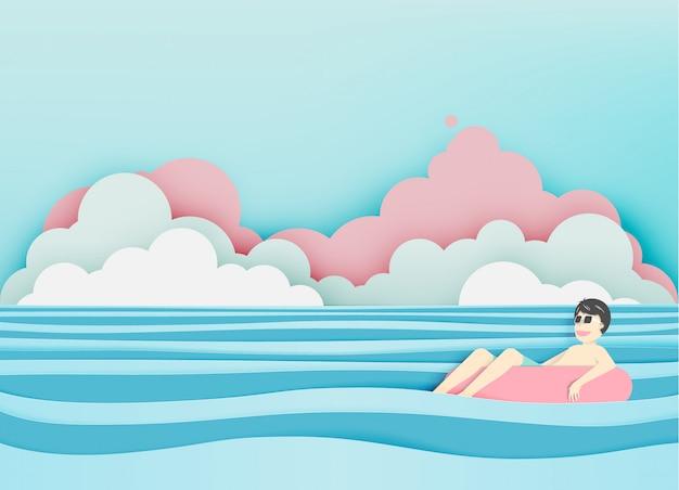 Mens die op het strand met mooie overzeese achtergrond drijft