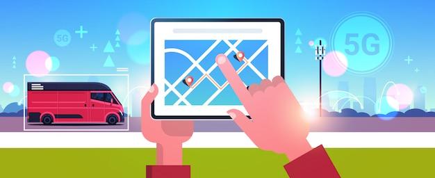 Menselijke hand met tablet bezorgservice van navigatietoepassing 5g online netwerk draadloze systemen verbindingsconcept