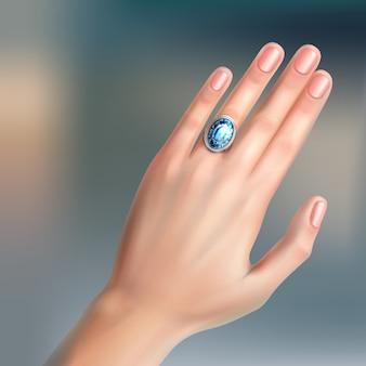 Menselijke hand met zilveren briljante ring aan vinger