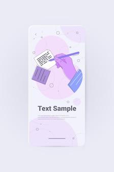 Menselijke hand schrijven van notities in mobiele app schrijver journalist of auteur met pen bezig met document verticale kopieerruimte