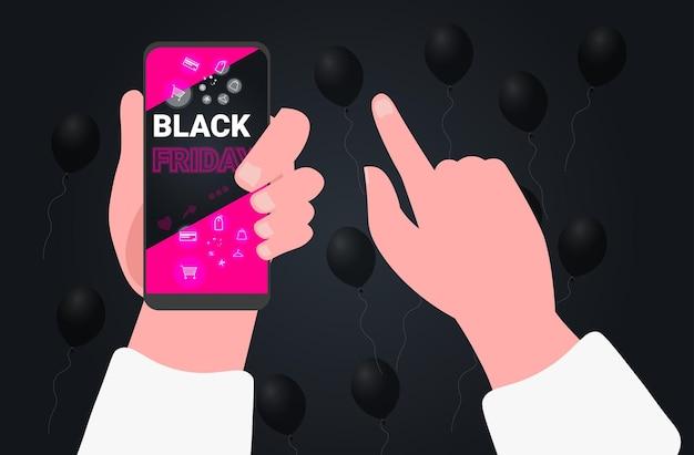 Menselijke handen die smartphones gebruiken die online in mobiele app zwarte vrijdag grote verkoopconcept horizontale vectorillustratie kopen