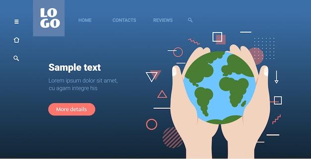 Menselijke handen met aarde opslaan planeet bidden voor australië ecologie milieu concept horizontaal