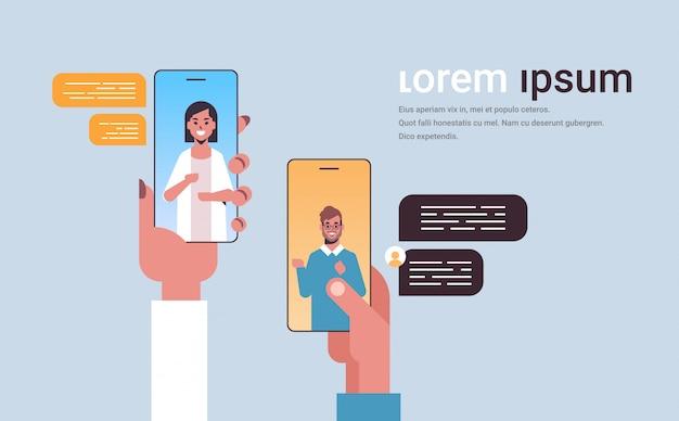 Menselijke handen met behulp van chatten app sociaal netwerk chat bubble communicatieconcept