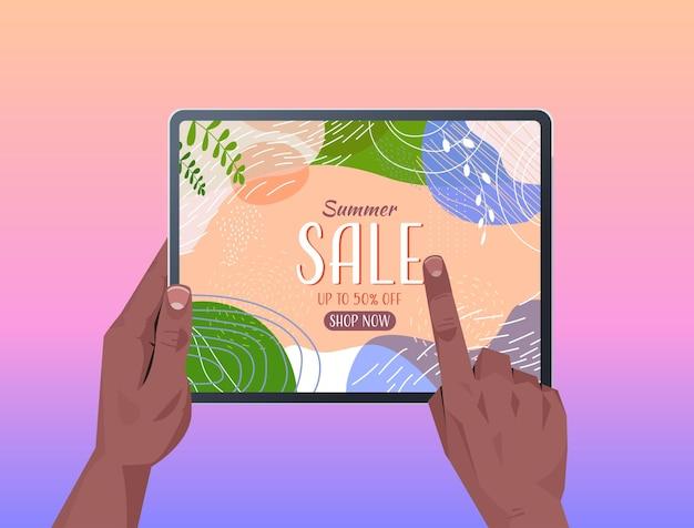 Menselijke handen met behulp van tablet pc met zomer verkoop banner flyer of wenskaart op scherm horizontale afbeelding