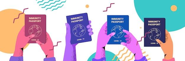 Menselijke handen met paspoorten voor wereldwijde immuniteit riskeren gratis covid-19 herinfectie pcr-certificaat coronavirus immuniteit