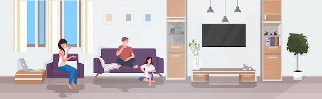 Mensen bespreken tijdens het ontmoeten van vrienden tijd samen doorbrengen thuis