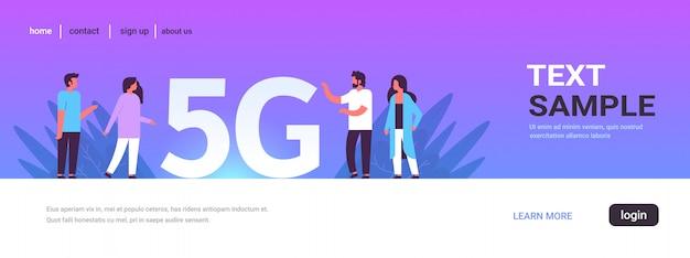 Mensen bespreken tijdens vergadering met behulp van 5g online draadloze systeemverbinding vijfde innovatieve generatie van high-speed internet concept volledige lengte horizontale kopie ruimte