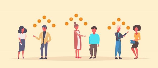 Mensen bitcoin mijnspecialisten geven overleg crypto valuta financieel advies concept ondernemers communicatie vlakke horizontale banner