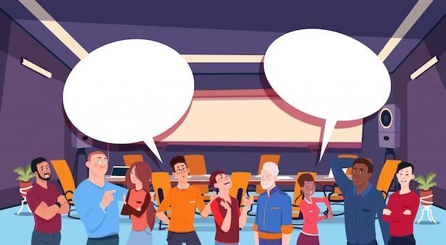 Mensen chatten met spraak bubbels illustratie