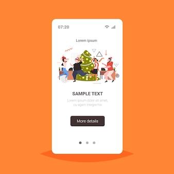 Mensen dansen in de buurt van de kerstboom vrolijk kerstvakantie feest concept kantoorpersoneel plezier corporate partij smartphone scherm online mobiele app volledige lengte vectorillustratie