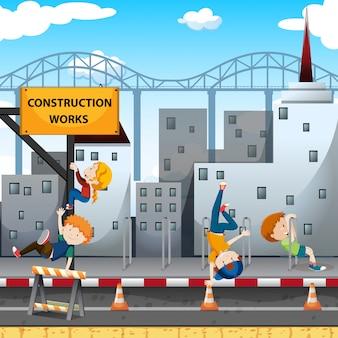 Mensen die bij de bouwwerken spelen