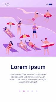 Mensen die bij strandillustratie ontspannen. verschillende stripfiguren zonnebaden onder de paraplu, zwemmen in de oceaan en spelletjes spelen. vakantie en zomeractiviteiten concept
