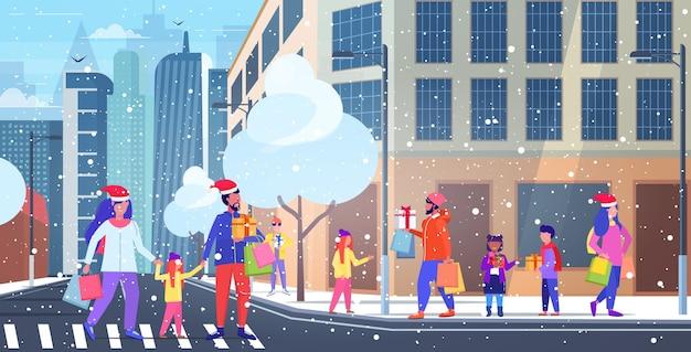 Mensen die boodschappentassen en geschenkverpakkingen dragen, kerstmis nieuwjaarsvakantie