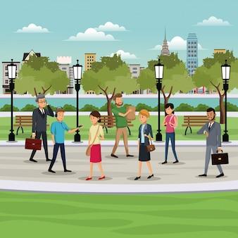 Mensen die de achtergrond van de parkstad lopen