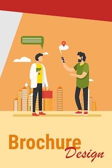 Mensen die de locatie-app op de telefoon gebruiken. vragen manier, tekstballon met kaart aanwijzer platte vectorillustratie. navigatie, reizen, communicatie concept illustratie