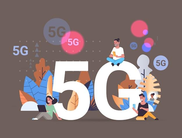 Mensen die digitale apparaten gebruiken 5g online draadloze systeemverbinding vijfde innovatieve generatie van hogesnelheidsinternetconcept volledig horizontaal