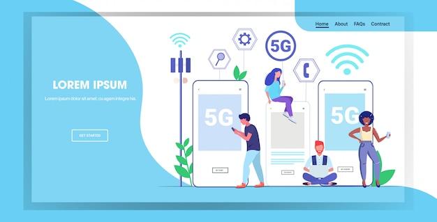 Mensen die digitale gadgets gebruiken 5g online draadloze systeemverbinding vijfde innovatieve generatie internet