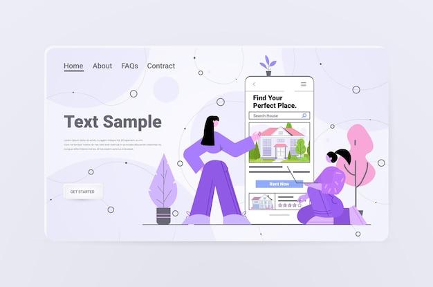 Mensen die een mobiele app gebruiken om huizen te zoeken voor het huren of kopen van online vastgoedbeheerconcept horizontale volledige kopieerruimte