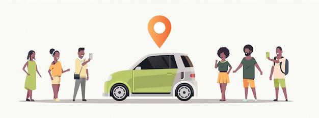 Mensen die een mobiele applicatie gebruiken die auto bestelt met locatiepin online taxi carpoolen carpoolen concept transport autodelen service horizontaal