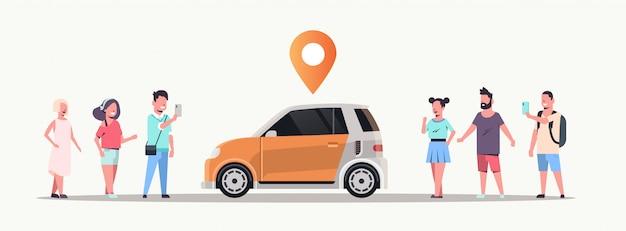 Mensen die een mobiele applicatie gebruiken om auto te bestellen met locatiepin online taxi car sharing carpooling concept transport carsharing service