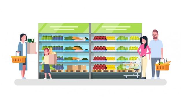 Mensen die in kruidenierswinkelopslag winkelen, klantmarkt, het concept van de verkoopsupermarkt