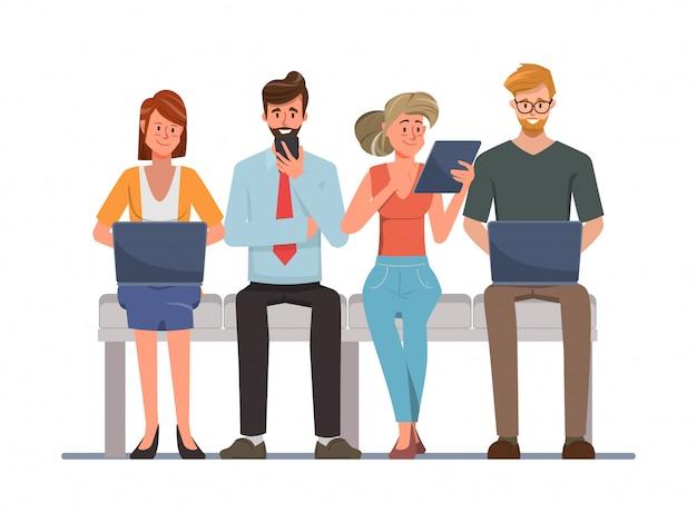 Mensen die mobiele telefoon en laptop gebruiken voor sociale media netwerkcommunicatie