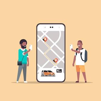Mensen die online bestellen taxi auto delen mobiele applicatie concept vervoer carsharing service app twee mannen in de buurt van smartphone-scherm met gps-kaart