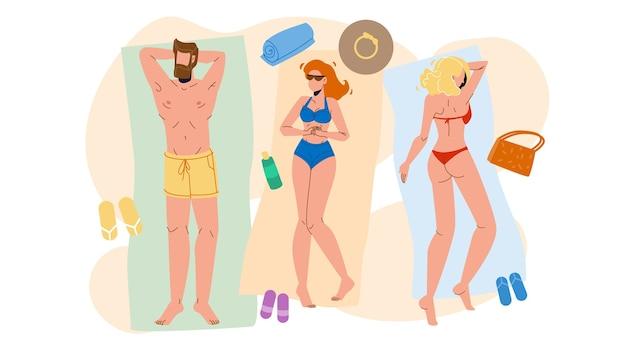 Mensen die op het strand liggen, ontspannen en zonnebaden